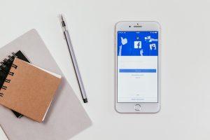 L'écran vert sur les stories sur l'application facebook vous permettra de téléverser des photos ou des vidéos de votre choix en arrière-plan de vos stories directement via votre pellicule de téléphone